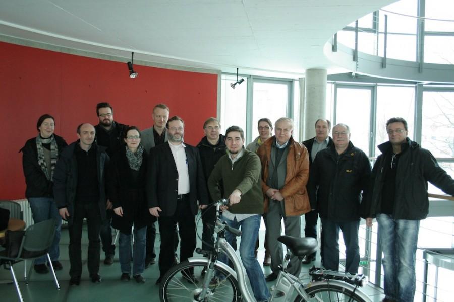 Die Teilnehmer des Arbeitstreffens vom WKP SONETT am 22.02.2013 bei FusionSystems in Chemnitzmit dem E-Bike mit Fuzzy-Soundsteuerung